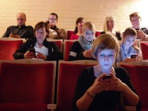 Rote Sessel und blaue Gesichter — eine gute Kombination? (Foto: livekritik.de)