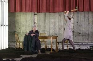 """Elisabeth Orth und Christiane von Poelnitz in Ewald Palmetshofers """"die unverheiratete"""". Eingeladen zum Theatertreffen 2015. Foto: Georg Soulek"""