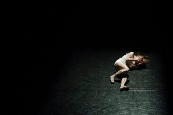 Frau auf der Bühne eines Theaters